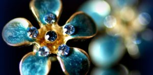 Эксперт-геммолог - специалист по драгоценным камням